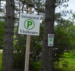 Camping Fou du roi autorise avec une vignette aux visiteurs des campeurs de stationner leur véhicule dans le stationnement principal